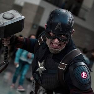 Captain America cosplay from Avengers Endgame :「アベンジャーズ : エンドゲーム」のムジョルニアを持ったキャプテン・アメリカのリアルなコスプレ ! !