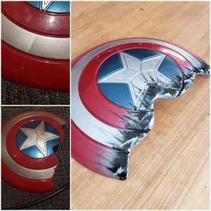 Cap's Cracked Shield : 大切にしていたキャプテン・アメリカのシールドが割れて、落ち込んでしまった4歳の息子に、スゲーッ‼️、サノスを相手に戦ったみたいじゃないか‼️と、「エンドゲーム」化してあげたやさしいマーベル・パパの力作‼️