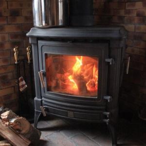 薪ストーブ暖かく