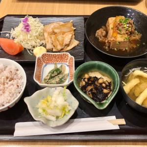 「大かまど飯 寅福」で、生姜焼きと牛肉豆腐の2種盛り定食