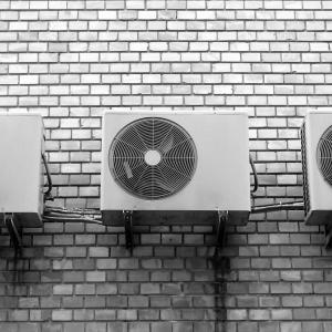 エアコン設置費用の相場を知っておこう!2階以上になると高くなるもの?