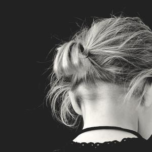 子供の髪の毛に白い粉が!フケ?シラミ?簡単に見分ける方法と対処法は?