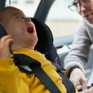 チャイルドシート助手席はダメ?!離れていると「ギャン泣き」それでも勧められない理由