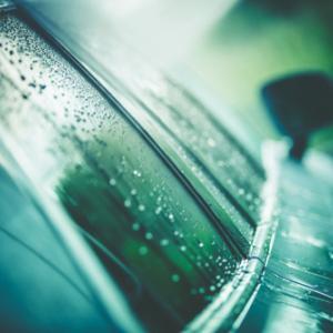 車の雨染みが取れない!ゴシゴシ磨くのはNG?塗装に負担をかけない落とし方