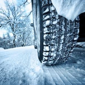 スタッドレスタイヤの空気圧は高め?低め?雪道の事故を防ぐ調整法!