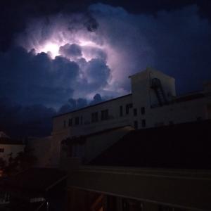 雷雲とドリンクホルダー。