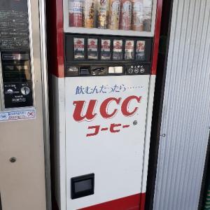 こんな懐かしのレトロな自動販売機を見つけましたよ!麺類やハンバーガーの自販機ってありましたよね!