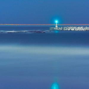 いわき市豊間 夜の海に光跡を追う