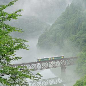 奥会津、梅雨の晴れ間に川霧求め鉄を撮る