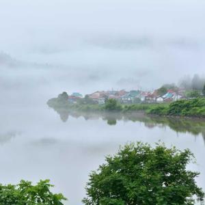 今年初、大志集落包む川霧を眺む