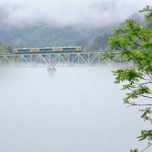 只見線、今年初の川霧と新緑のコラボ