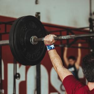 【バックプレス】肩のトレーニング効果と関節の怪我のリスク【三角筋】