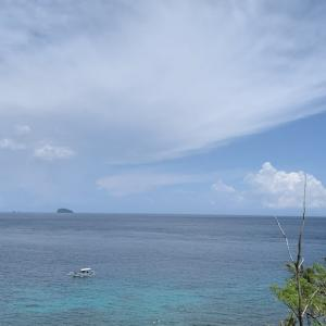 白い砂浜と青い海のコントラスト