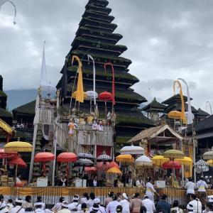 ブサキ寺院の大きなオダラン