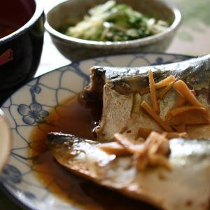 「豚汁、  サバ醤油煮、水菜のゴマとしらす干しのお浸し」夫へのランチ(マリー亭)