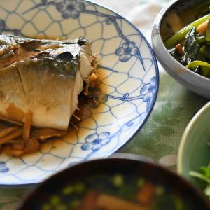 「さば醤油煮、小松菜とエリンギ炒め、新玉ねぎとカイワレ大根サラダ」夫へのランチ(マリー亭)