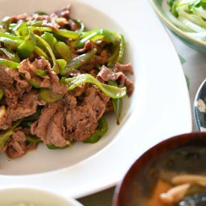 「ピーマンと牛肉炒め、水菜のお浸し、新玉ねぎとカイワレ大根サラダ」夫へのランチ(マリー亭)