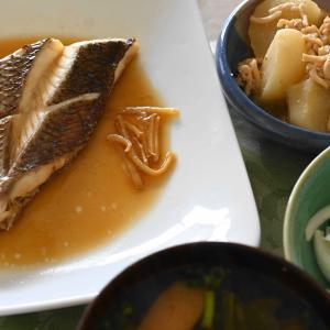 「タイの煮つけ、カブと鳥ミンチ煮、新玉ねぎとカイワレ大根サラダ」夫へのランチ(マリー亭)