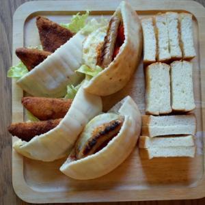 ピタパンのサンドイッチと持ち帰り「牧のうどん」