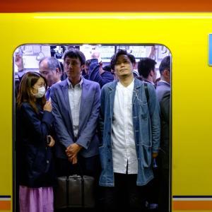 通勤電車では座らない理由と座らないメリットがありすぎ【人生逆転】
