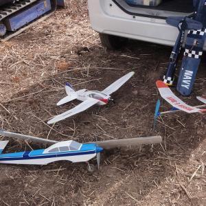 開拓途中のAC飛行場では小学生が電動機で単独フライトしています