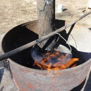 ペール缶で炭焼きしました。