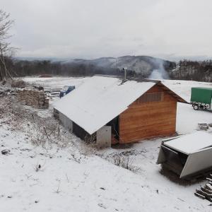 降雪した場所での薪つくり