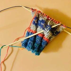 週末から気温が下がってきています。編み物を続行中