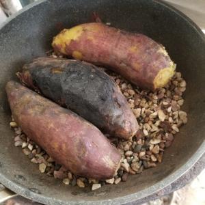 薪ストーブで焼き芋を焼く