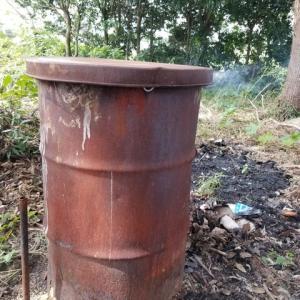 ドラム缶での燻炭作りを開始した。