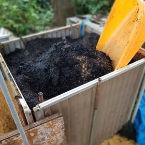燻炭作りが終わって後片付けをした。
