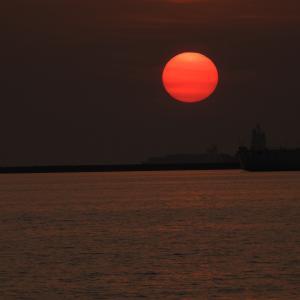 マニラ湾の夕陽とマニラ美女