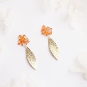 The fragrant olive. 本物のお花 金木犀とゴールドリーフの揺れスタッドピアス