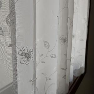 小花のレースのカーテン