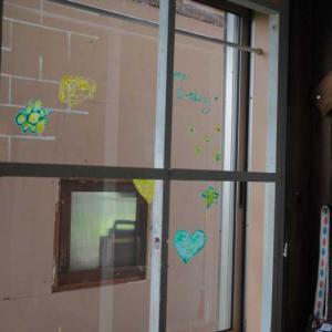 おうち時間を楽しく♪ピタッとペイントで窓のデコレーション♪