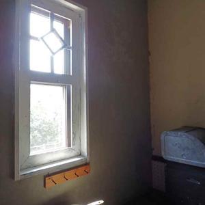キッチンの窓枠を塗り替える