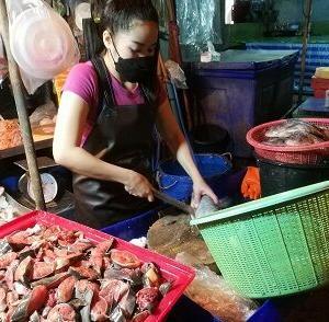 クロントイ市場の魚屋さんで