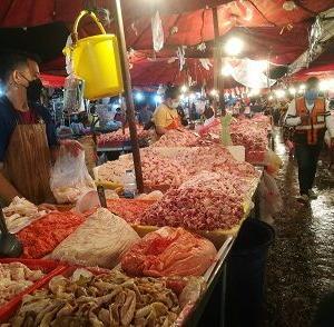 クロントイ市場の場内へ