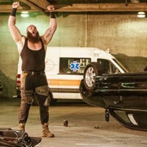 ブラウン・ストローマンがビンス・マクマホンの愛車リムジンを破壊して「WWEユニバーサル王座」挑戦権を剥奪される!