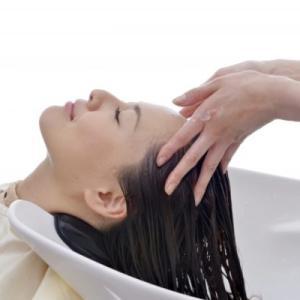 美容室のシャンプーで頭は上げるべき?美容師のホンネを教えます。