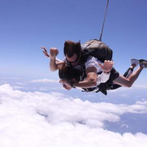ハワイでスカイダイビングの事故って、どこの会社?