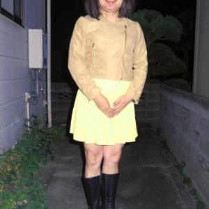 フェイクスエードライダースに黄色のミニプリーツスカート その2