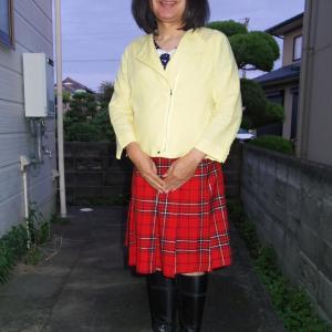 黄色のライダースに赤チェックのプリーツスカート その4