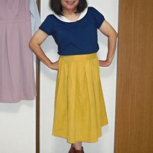 セーラー襟青いカットソーに黄色のミモレ丈スカート その1