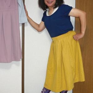 セーラ襟青いカットソーに黄色のミモレ丈スカート その2