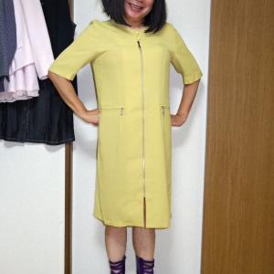 黄色の前ファスナーワンピースに紫のグラディエーター