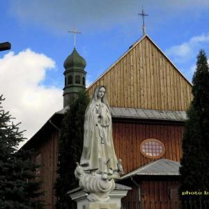 木造教会と印象的な表情のマリア像