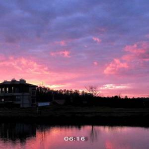 暦上の日の出時のピンク色の朝焼け