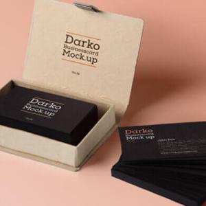 【無料】名刺モックアップ-ダンボールのオシャレなケースに入ったブラックカラー名刺(背景黒)【psdテンプレート素材】