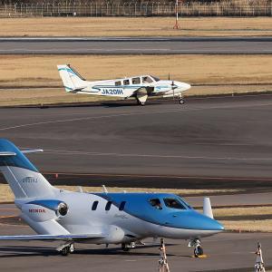 2020.03 高松AP デッキ ヒラタ学園 Beechcraft Baron G58 JA201H RWY26 ARV